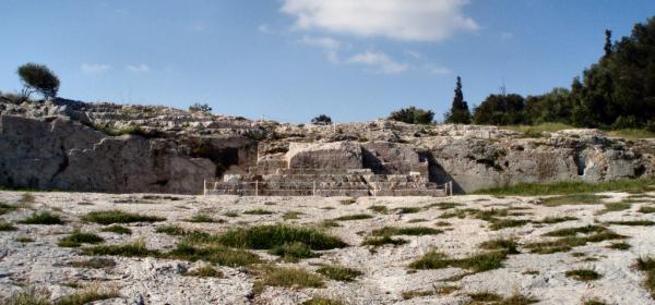 Le Pnyx, avec dans le fond la tribune pour les orateurs et ses escaliers Situation-problème : la démocratie athénienne